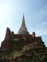 Old and new styles at Wat Thammikarat