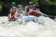 Pengemar aktiviti lasak berakit jeram di Sungai Kiulu.Sungai Kiulu yang terletak di daerah Tuaran 60KM diutara bandaraya Kota Kinabalu merupakan satu distinasi pelancongan yang popular di Negeri Sabah.Arus deras sungai yang diketegorikan satu dan dua (lebih tinggi lebih deras) terkenal dengan airnya yang jernih dan pemandangan sepanjang sungai yang menarik sejauh 15KM dan aktiviti ini memakan masa 3 jam dari tempat permulaan ke penamat.Setiap hari sekurang kurangnya 200 orang pelancong dari dalam dan luar negara akan datang berkunjung ke sini.
