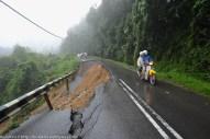 KIULU 15 Januari 2014. Lokasi KM6.1 Jalan Tamparuli - Kiulu ditutup berikutan kejadian tanah runtuh akibat hujan lebat yang berterusan lebih 12 jam yang lepas, ia hanya dapat dilalui oleh motosikal dan pejalan kaki.