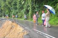 KIULU 15 Januari 2014.ADUN N11 Kiulu, Datuk Joniston Bangkuai bersama sebahagian penduduk terpaksa berjalan kaki untuk melepasi lokasi KM6.1 Jalan Tamparuli - Kiulu untuk ke Pekan Tamparuli, jalan yang ditutup berikutan kejadian tanah runtuh akibat hujan lebat yang berterusan lebih 12 jam yang lepas.