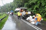 KIULU 15 Januari 2014.Pekerja kontraktor penyelenggaraan bersiap sedia untuk membuat laluan sementara di lokasi KM6.1 Jalan Tamparuli - Kiulu, jalan yang ditutup berikutan kejadian tanah runtuh akibat hujan lebat yang berterusan lebih 12 jam yang lepas.