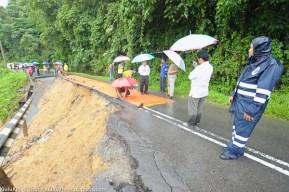 KIULU 15 Januari 2014.lokasi KM6.1 Jalan Tamparuli - Kiulu, jalan yang ditutup berikutan kejadian tanah runtuh akibat hujan lebat yang berterusan lebih 12 jam yang lepas.