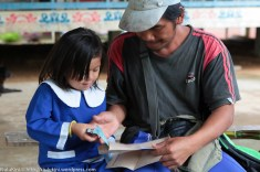 Peter Umpadong (kanan) 43 tahun, berkongsi kegembiraan bersama anaknya Honey Angel 6 tahun apabila menerima Bantuan Khas Awal Persekolahan 1 Malaysia sebanyak RM100 bagi seorang murid di SK Bungoliu Kiulu. Peter yang berkerja sebagai petani mempunyai 7 orang anak dan 4 orang masih bersekolah di sekolah rendah dan menengah berkata pada tahun ini beliau membelanjakan lebih RM500 untuk membeli peralatan persekolahan untuk anak-anaknya dan Bantuan Khas Awal Persekolahan 1 Malaysia yang diberikan kepada setiap murid bernilai RM100 walaupun tidak mencukupi tetapi sekurang-kurangnya dapat meringankan beban beliau dan mengucapkan terima kasih kepada kerajaan atas keperihatinan ini tambahan lagi barangan sekarang sedikit mahal dari tahun sebelumnya.