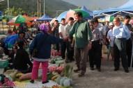 Joniston beramah mesra dengan penduduk yang menjual barangan di tamu Pekan Kiulu.