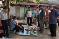 Joniston (dua dari kanan) beramah mesra dengan penduduk yang menjual barangan di tamu Pekan Kiulu.