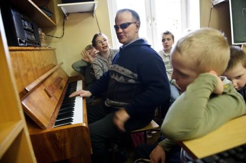 """PHOTO: BARTOSZ KRUPA/EAST NEWS OWINSKA, 30/01/2013. OSRODEK OPIEKUNCZO - WYCHOWAWCZY DLA DZIECI NIEWIDOMYCH W MIEJSCOWOSCI OWINSKA. ZAJECIA MUZYCZNE POD OPIEKA PANA HENRYKA WEREDY - NIEWIDOMEGO NAUCZYCIELA MUZYKI, KIEROWNIKA SZKOLNEGO CHORU """"DZIECI PAPY"""" Owinska, Poland 30/01/2013 The school for blind children in Owinska. Music lesson conducted by blind music teacher Henryk Wereda who is also """"Dzieci Papy"""" choir conductor."""