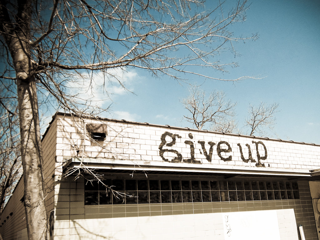 """""""give up"""" と """"give in"""" の違いは何?"""