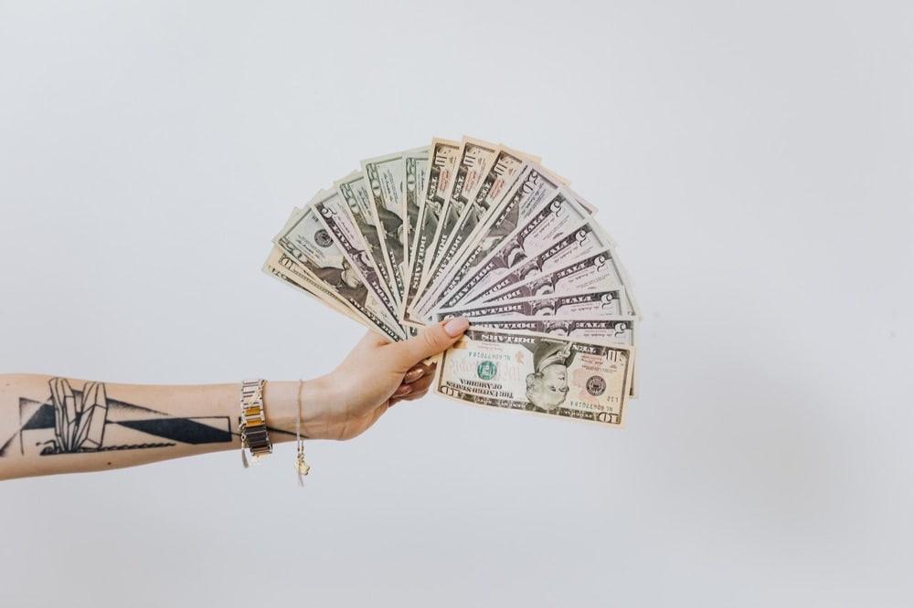 """""""pay"""" の使い方まとめ。誰に・いくら・何の代金を「支払う」"""