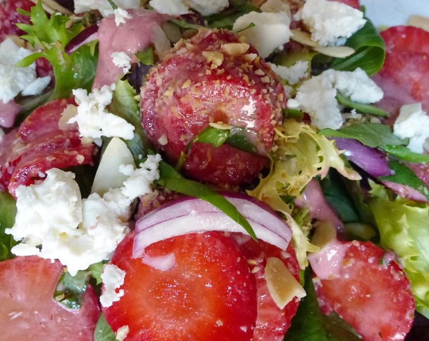 Salade de fraises, fêta et  sa vinaigrette de fraises
