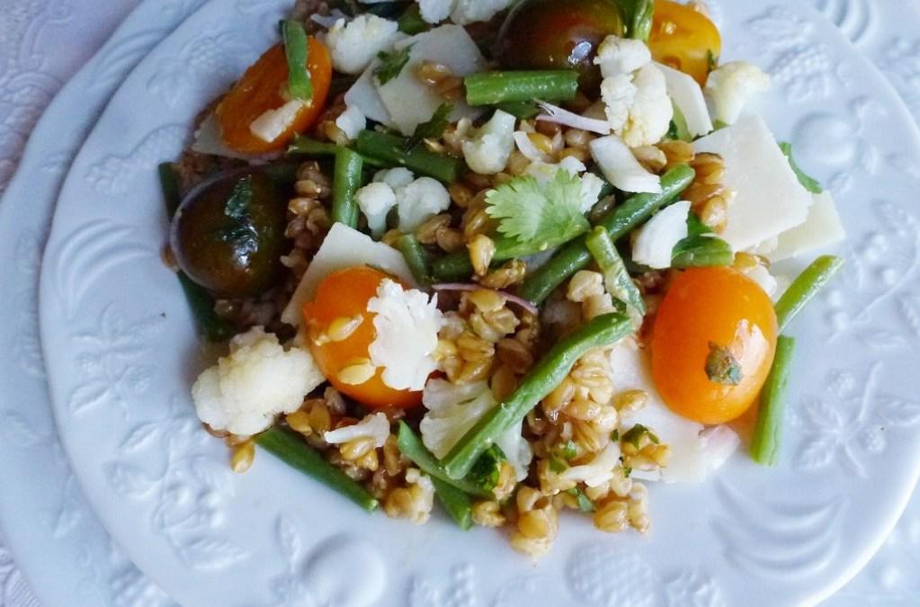 Salade individuelle de petit épeautre avec tomates cerise, choux fleur, haricots verts et copeaux de parmesan