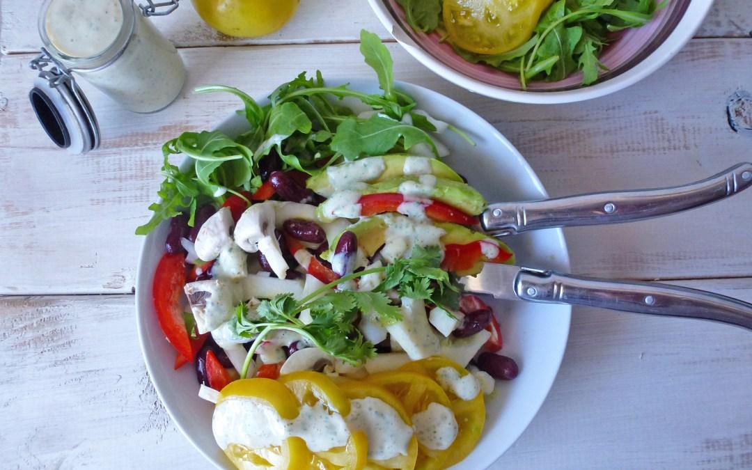 Salade pour les jours pressés, pleins de légumes, des haricots rouges et une sauce coriandre au yaourt de soja. ( Léger, vegan, sans gluten )