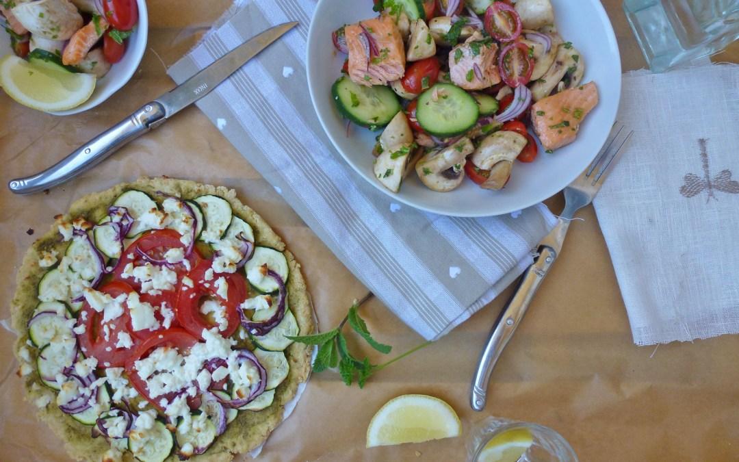 Tarte pizza sans gluten, féta, basilic et salade de saumon frais aux champignons, concombre et tomates cerise