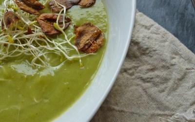 Velouté de brocolis aux flocons de pois cassés et chips d'ail