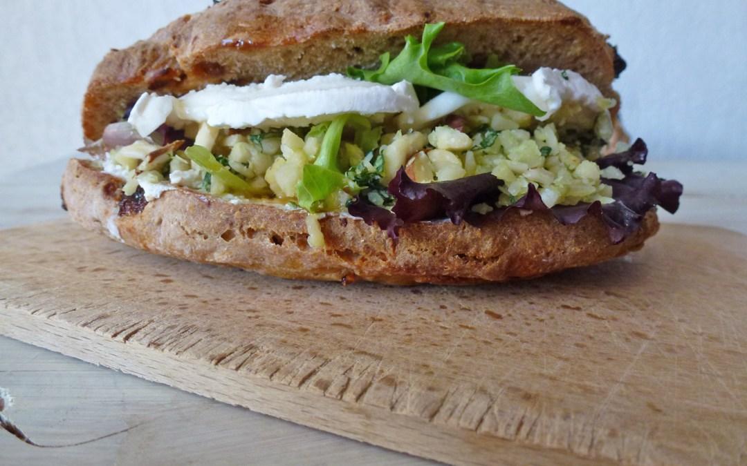 Sandwich aux amandes émondées, fromage de chèvre et sirop d'agave…