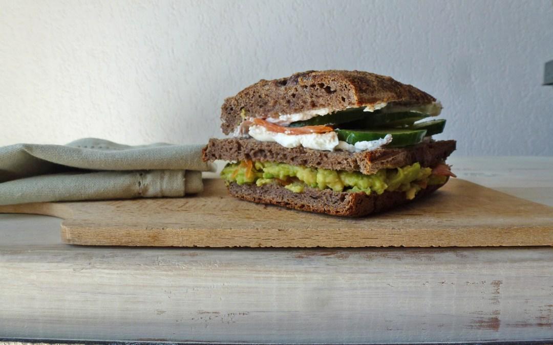 Une idée de sandwich   (chèvre frais, saumon, avocat… sur un pain au sarrasin) + versions végé…