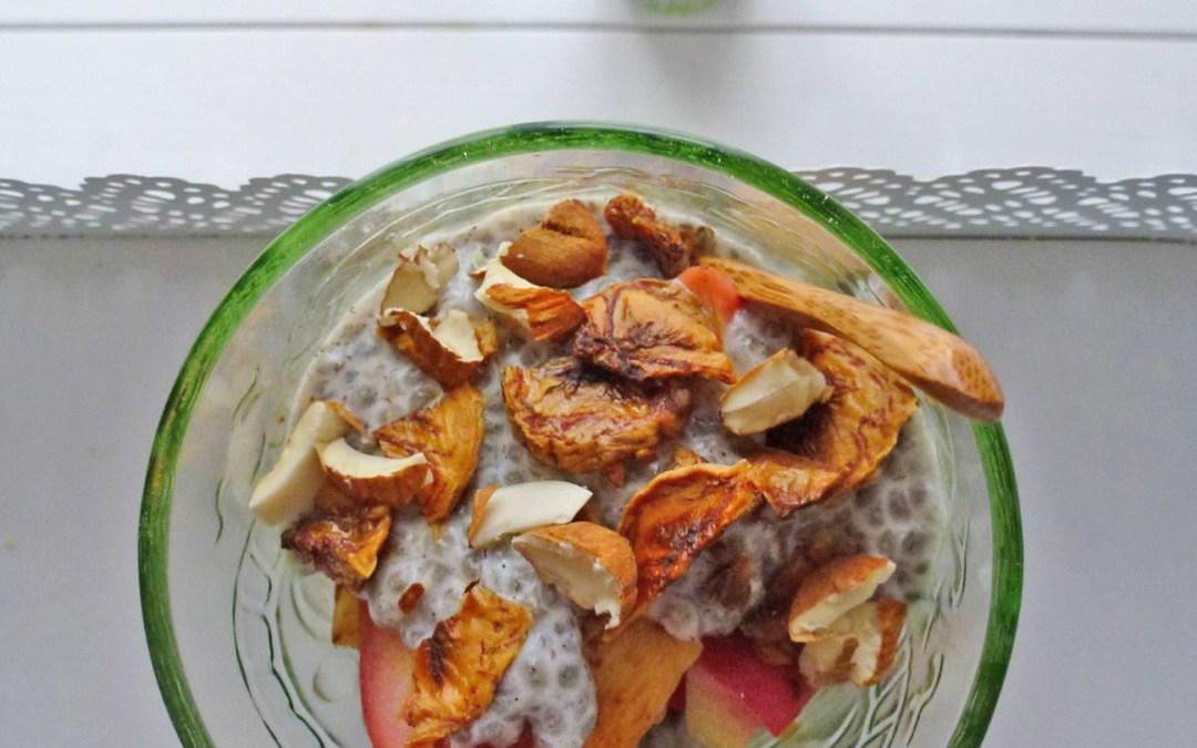 Crème aux graines de chia avec  fruits cuits, amandes et banane croquante  (Sans sucre ajouté, sans céréales, vegan )