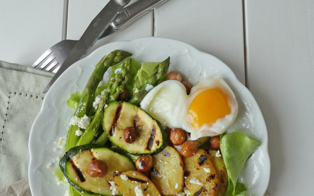 Salade de printemps aux  asperges, noisettes, petites pommes de terre et courgettes grillées  ( Sans gluten, vegan ou pas …avec options )
