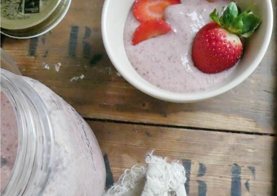 Petite crème crue fraises/banane et graines de chia   ( Raw, vegan, sans céréales, léger )