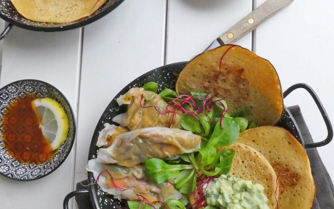 Minis crêpes à la farine de pois chiche, raviolis de légumes aux feuilles de riz cuits à la vapeur et tartinade d'avocat ( Vegan, sans gluten, léger )