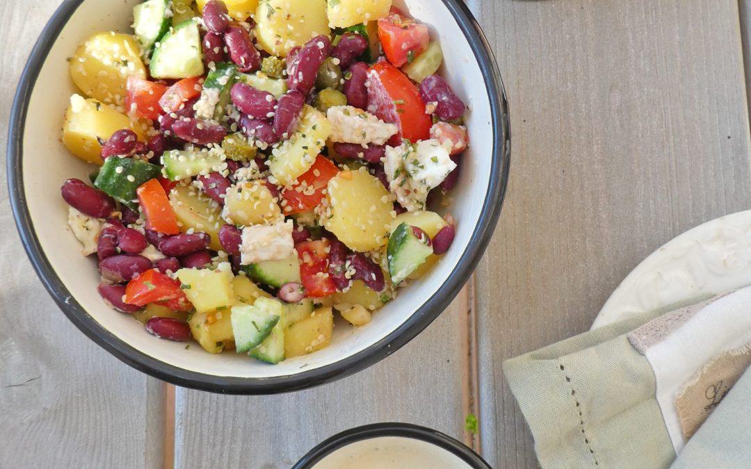 Salade de pommes de terre à la ciboulette, petits légumes et graines de chanvre. Sauce végétale crémeuse et légère.