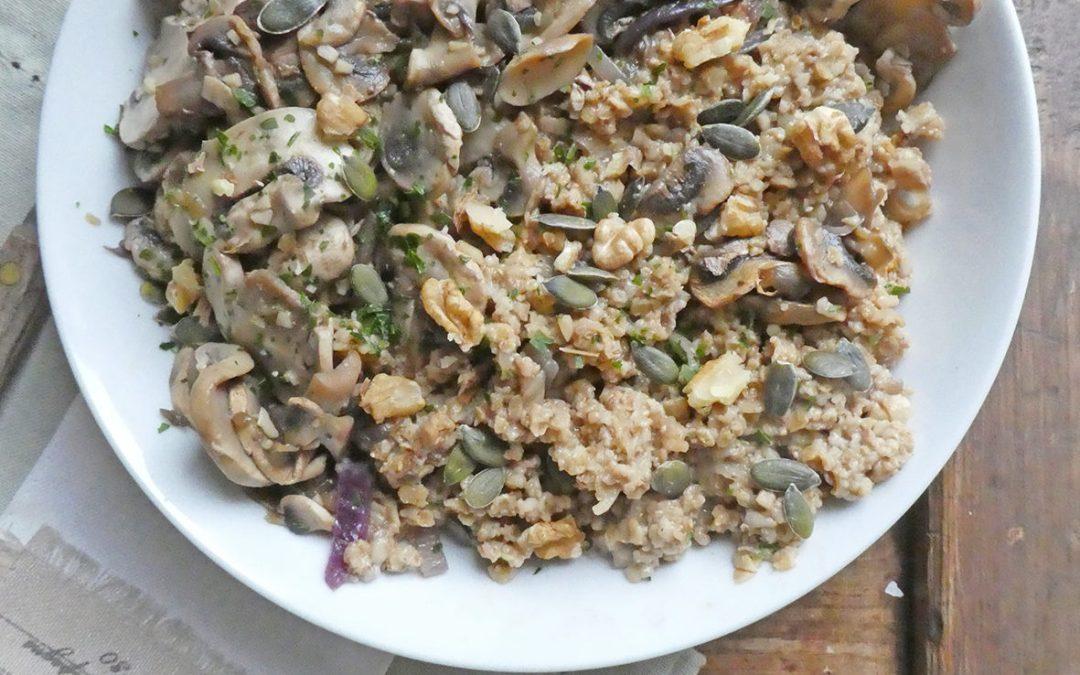 Version salée du porridge, des flocons d'avoine cuisinés aux champignons ( vegan )