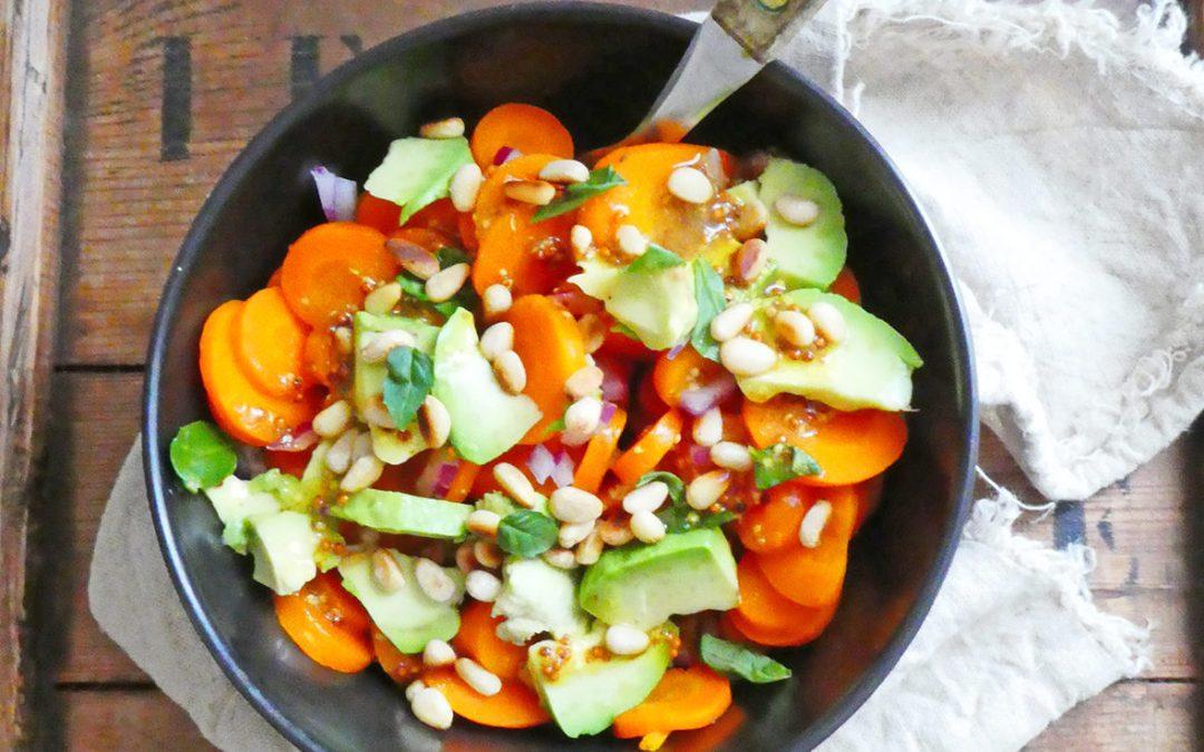Salade de carottes vapeur à l'avocat, basilic et pignons grillés