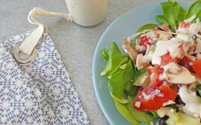 Salade complète végétalienne aux haricots rouges et céréales sans gluten. Sauce toute légère au yaourt de soja.