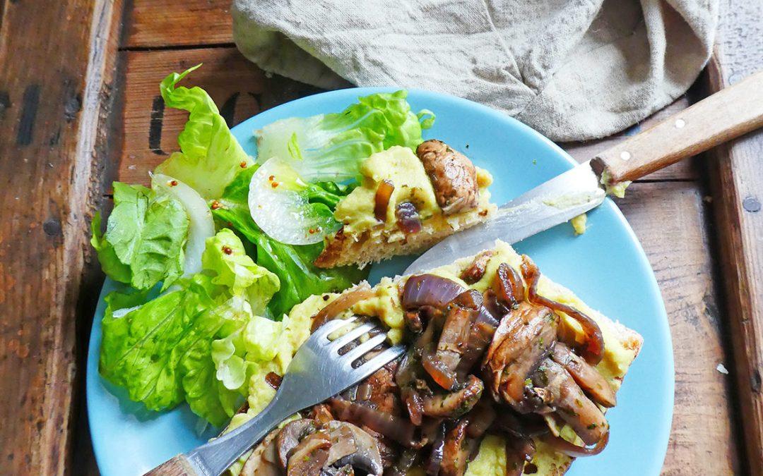 Avocat toast ou tartine végétalienne d'automne à l'avocat, pois chiche et champignons