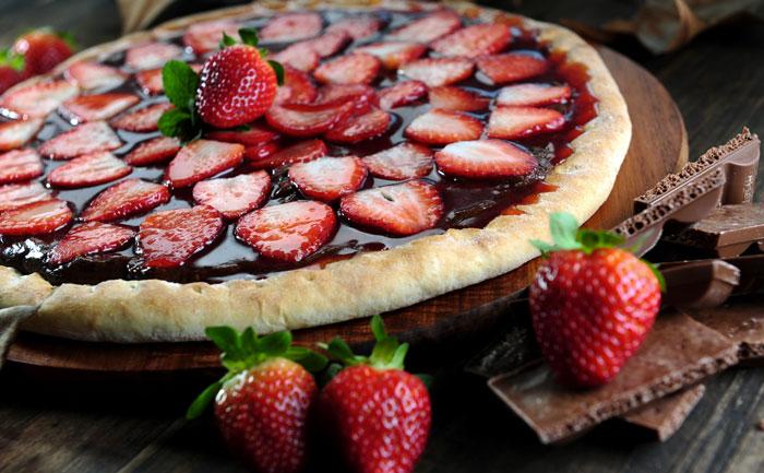 pizza sucree aux fraises et au chocolat