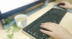 パソコン 女性 ネイル 緑