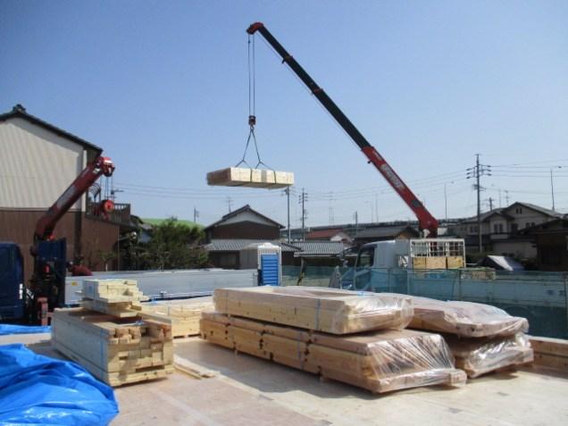 上棟前に構造材が搬入されました。