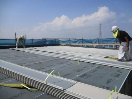 ガルバリウム鋼板の屋根材施工