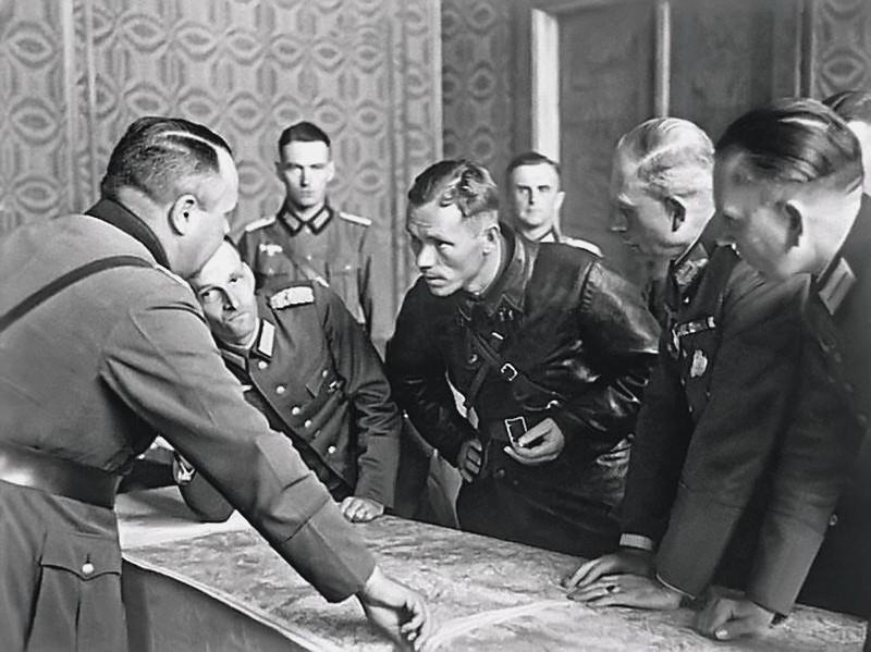 Höga tyska officerare, inkl. Guderian samtalar om demarkationslinjen med sovjetiska bataljonskommissarien Borovenskij från sovjetiska 29 Avdelta Pansarbrigaden den 22 september 1939 i Brest.
