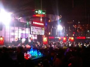 若者に人気の北京のクラブ「VICS」
