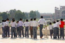 Eine Gruppe von Schulern vorm Main Gate des Taj Mahals, Agra