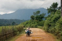 Stra?e zur richtigen Hohle (Phoukam Cave) - und der Helm aus Vietnam