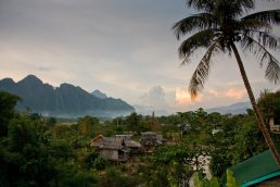 "Blick aufs Tal von ""The Terrace"" in Vang Vieng"