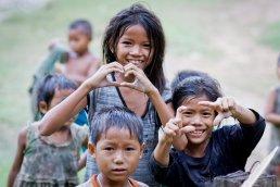 Kinder nach dem Baden am Fluss Xong im Dorf Viengsamay, Laos