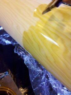 Die heiße Mischung wird nun auf das Holz gepinselt.