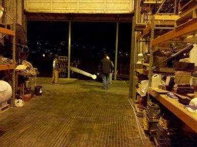 ...in die Werfthalle bugsiert.