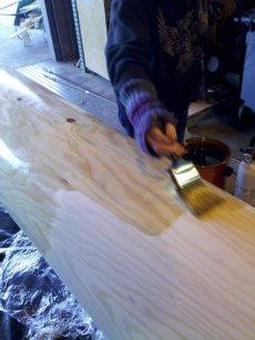 Das heiße Öl wird besser vom Holz aufgesogen und sorgt dafür, dass die Stämme nicht zu schnell austrocknen und Risse bilden.