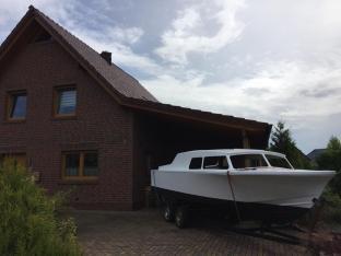 ...kommt das Boot unter den Carport zum Wiedereinbau des Motors.