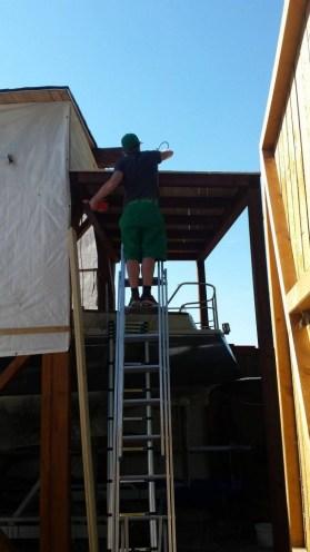 ...bekommt einen kleinen Anbau mit Dach.