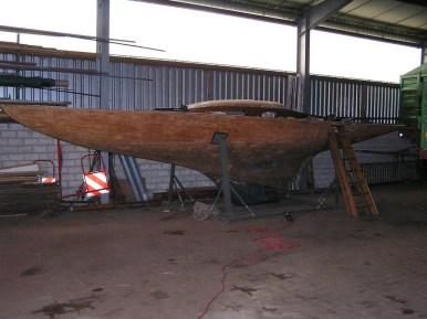 Hier steht das Boot sicher und trocken für die kommenen Arbeiten.