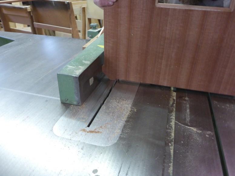 Die Kanten der Tischplatte werden noch etwas zurechtgestutzt.