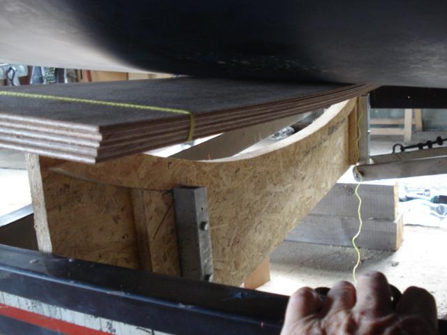 Die Sperrholzplatten werden eingepasst,...