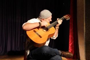 ar izcilu flamenko ģitārspēles mākslu klātesošos priecēja Rolands Masaļskis