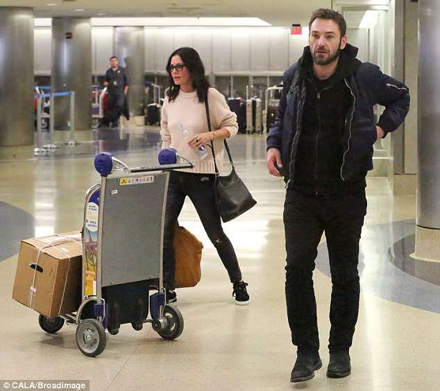 4B61FC5000000578-5641311-image-a-2_1524299951859 Courtney grindet me të dashurin në aeroport