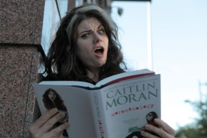 Caitlin Moran, zdroj http://awesomepeoplereading.tumblr.com