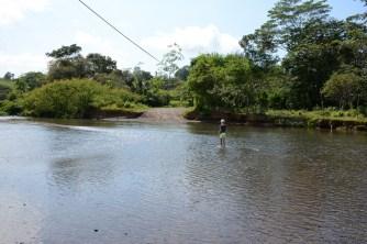 Amelie testet die Tiefe des Flusses